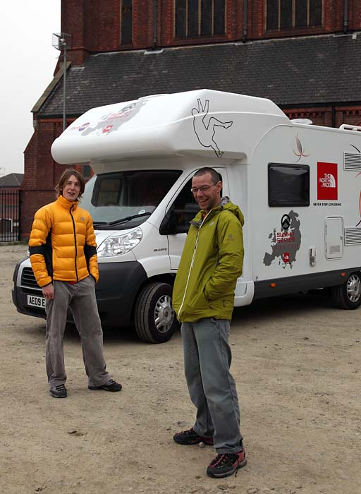 james Pearson en Gareth Parry voor hun roadtripmobiel
