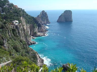 Kust van Capri met Faraglione op achtergrond