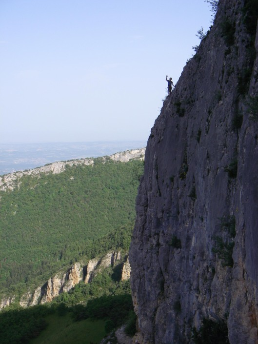 Tim aan het genieten na een lengte 6b op de rochers de nugues