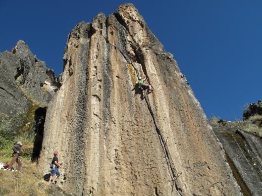 """An klimt """"Welcome to Huaraz, 6b+"""" met overtuiging en toeschouwers"""