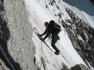 Marijke in de delicate traverse door de ijsgeul