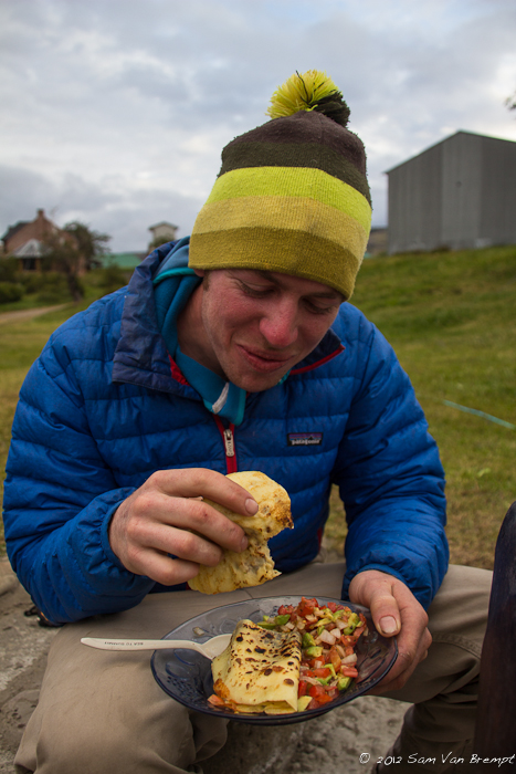 Pannenkoek met kaas en een Advocado-tomatensalade