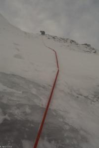Uitklimmen tot de top in een sneeuwveld