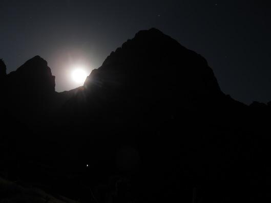 Het Silhouet van Oujdad bij volle maan.