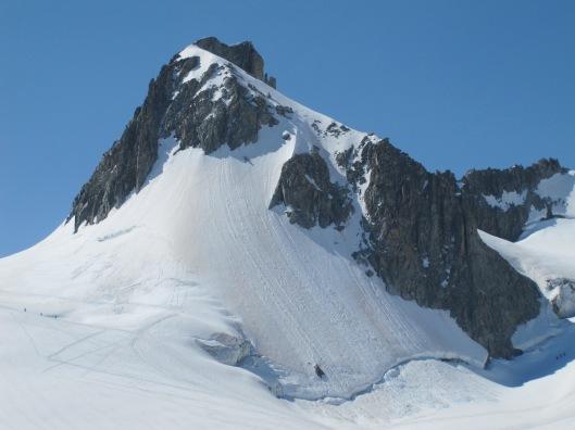De noordwand van de Aiguille de Toule, onze sporen zijn nog zichtbaar in de sneeuwflank ©Denis