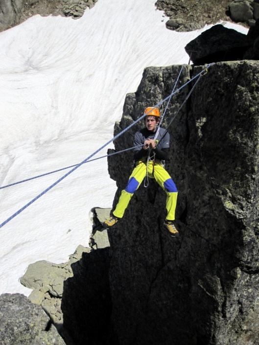 Friedemann hangt vol enthousiasme in de Tyrolienne tussen de Petit clochetons ©Jeroen