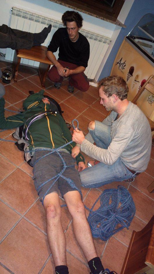 Kristof demonstreert hoe je een slachtoffer met nekletsel kan transporteren met touw en rugzak wanneer geen alternatieven mogelijk zijn. ©Jeroen