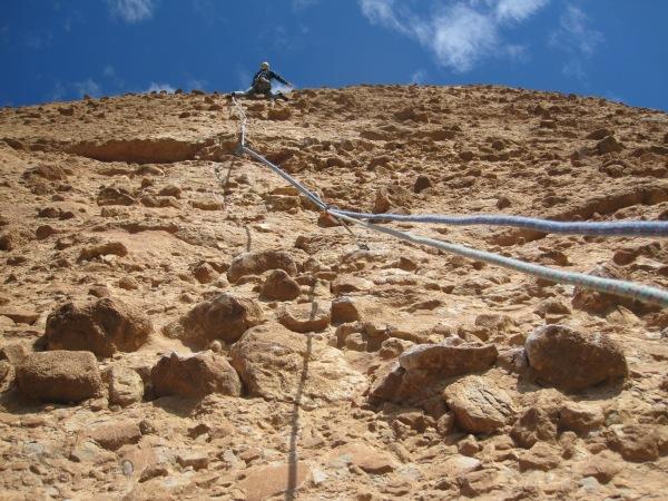 Linus klimt voor in de eerste 7a+ © Denis
