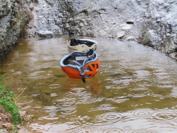 Als helmen drijven op een halve meter water, weet je dat het knalcondities zijn! © Denis