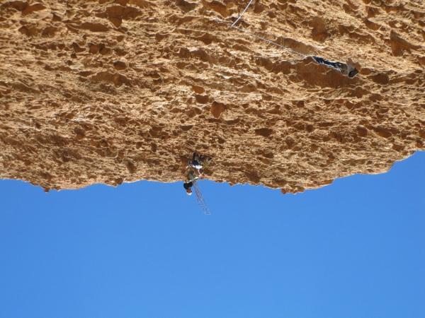 Terwijl Linus relais maakt hijsen Jan en Jasper zich over de rand van de Visera © Denis