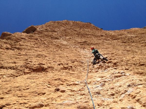 Ik klim de 4e lengte voor, links zie je Jasper en Jan door het grote dak klimmen © Linus
