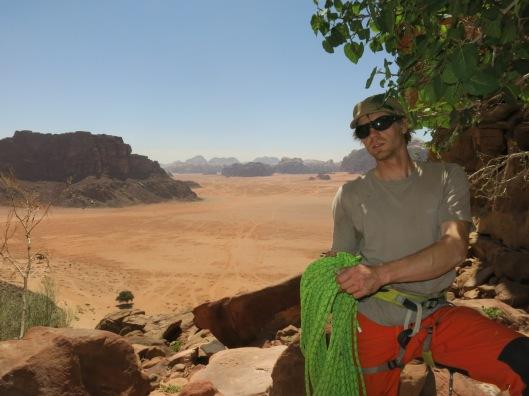 Bril en petje, bijna even belangrijk of een touw.....in de woestijn van Wadi Rum.