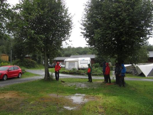 Uitgeregend reddingstechnieken oefenen op de camping.