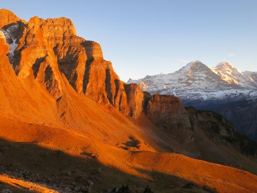 Laat avondzon met in de verte de Noordwand van de Eiger